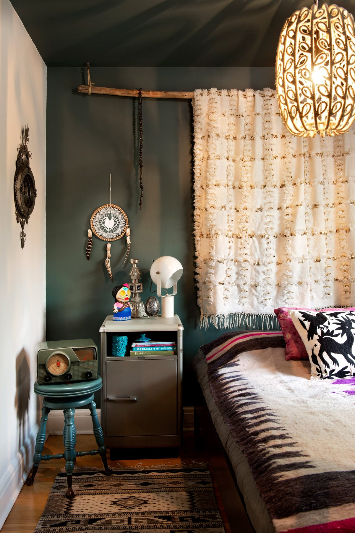 A wider view of the guest bedroom, a repository for all kinds of neat finds, from a dream catcher to a 1960s globe lamp. Photography: Marc Fowler / Metropolis Studio